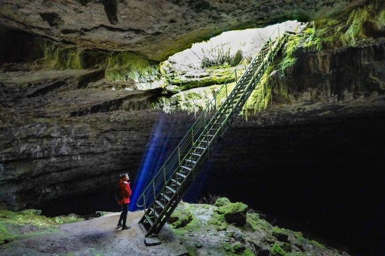 Пещера Стълбица се намира на 3 км югозападно от село