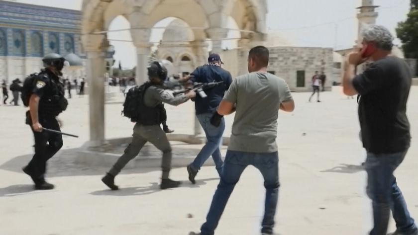 """Часове след примирието: Сблъсъци край джамията """"Ал Акса"""" в Йерусалим"""