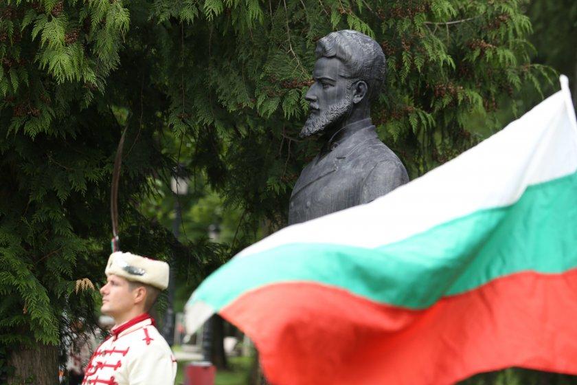 Пред бюст паметника на Христо Ботев в Борисовата градина се