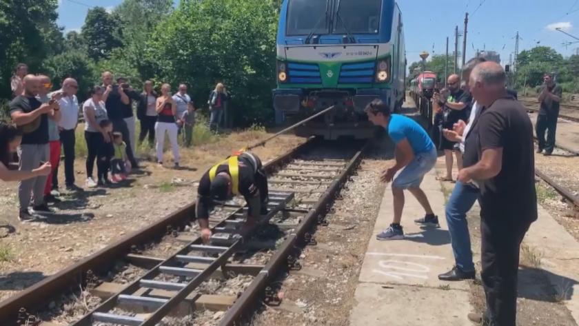 Пловдивчанин изтегли 84-тонен локомотив в опит за рекорд