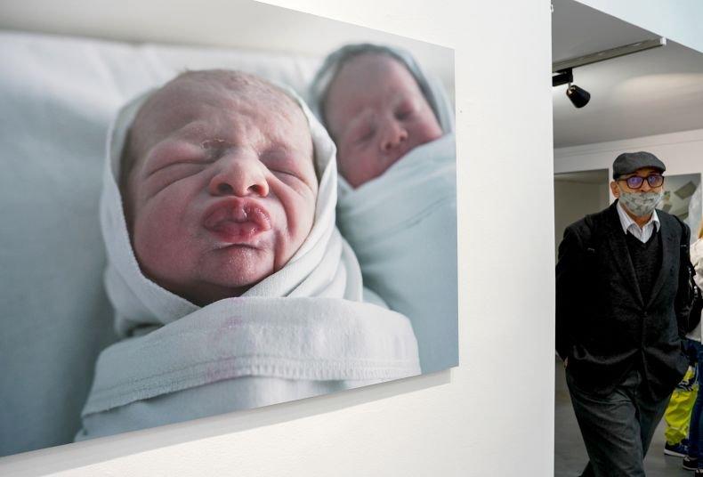 Фотографска изложба показва първите глътки въздух на бебетата (Снимки)