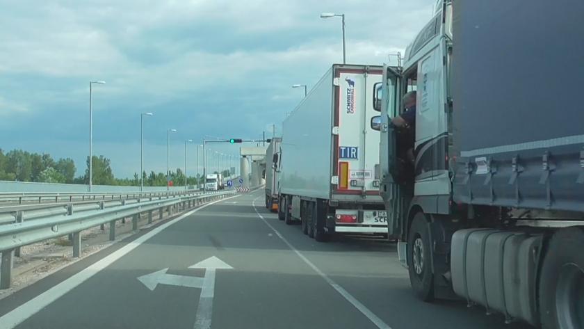 10 километра е опашката от тирове на Дунав мост 2