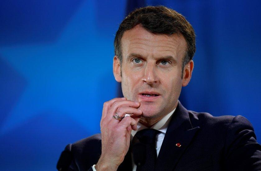 Президентът на Франция Еманюел Макрон получи плесница в лицето, приближавайки