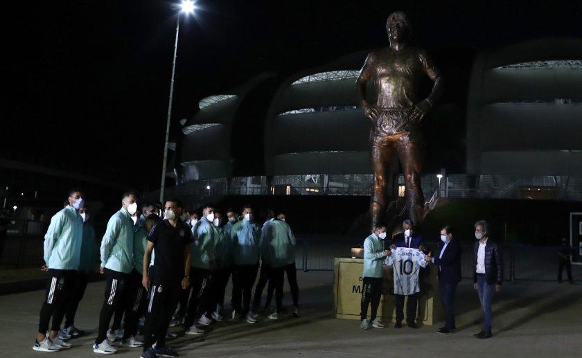 Националите на Аржентина почетоха Марадона със статуя