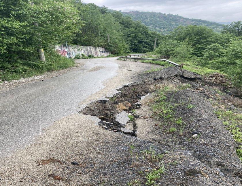 Опасен участък по пътя към село Желен