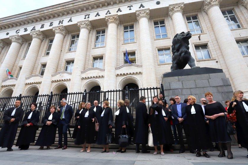 Адвокати излязоха на протест пред съдебните палати в страната, за