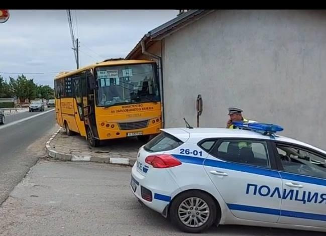 училищен автобус заби къща пострадали деца