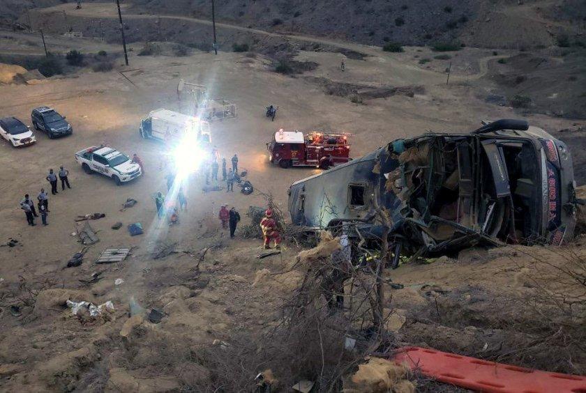 Най-малко 17 души загинаха, след като автобус падна в дефиле