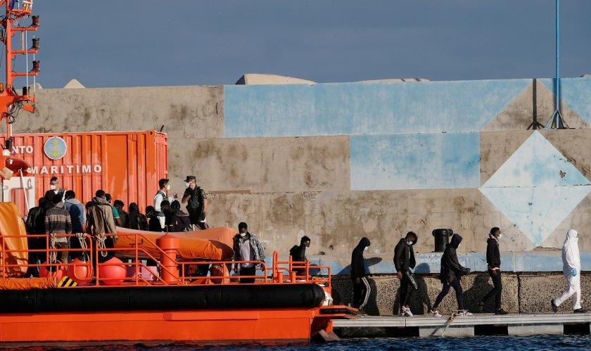 Испанската брегова охрана поднови издирването на шестима изчезнали мигранти, след