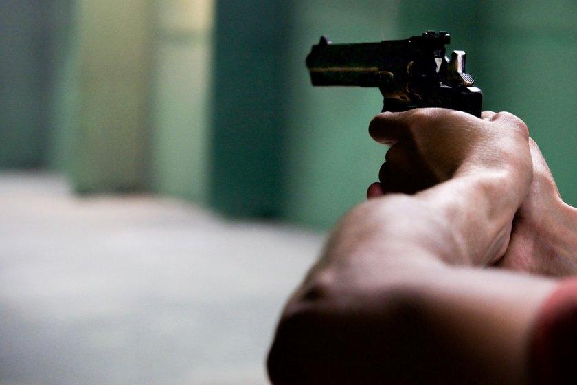 Един човек е убит и двама са ранени при стрелбата