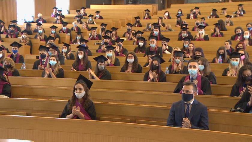 209 бакалаври и 113 магистри получиха дипломите си от ФЖМК