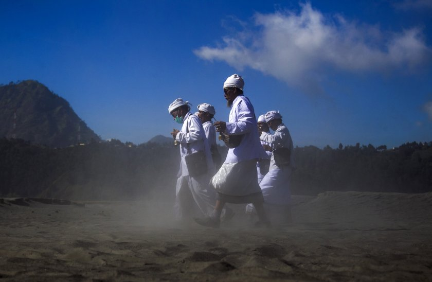 Хиляди се катерят по активен индонезийски вулкан за ритуално жертвоприношение (Снимки)