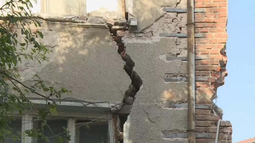 Двуетажна къща се напука и разцепи при строителни дейности в