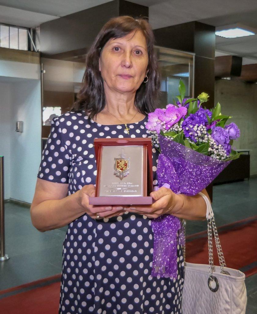 Наградиха смелата касиерка от обраната банка в Дупница