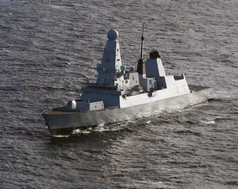 Руски военен кораб е произвел предупредителни изстрели след като британският
