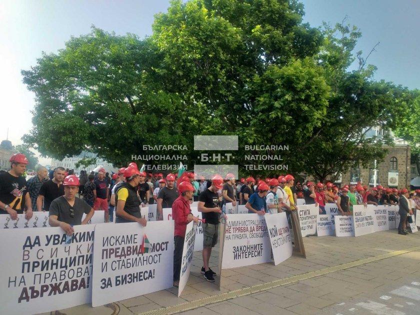 """Протест на служители от """"Артекс"""" в Триъгълника на властта"""
