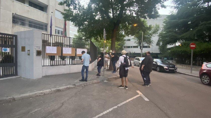 От нашите пратеници в Мадрид: Желаещи да гласуват дойдоха 10 минути преди началото на изборния ден