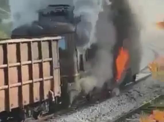 Локомотив на товарен влак се е запалил на гара Елисейна (ВИДЕО)