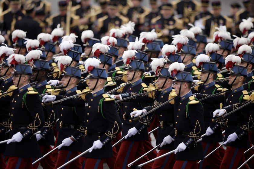 франция отбелязва деня бастилията парад снимки