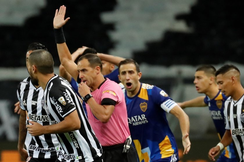 грандиозно меле футболисти съдии полиция копа либертадорес видео