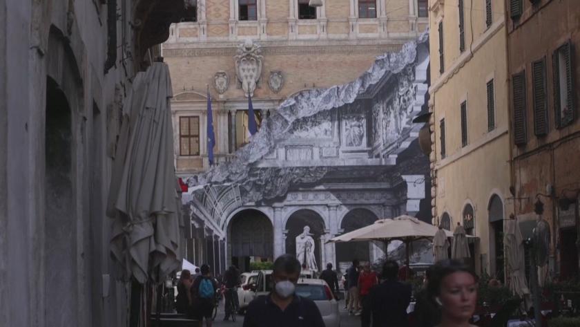 Арт инсталация привлича погледите на минувачите в италианската столица Рим.Дворецът