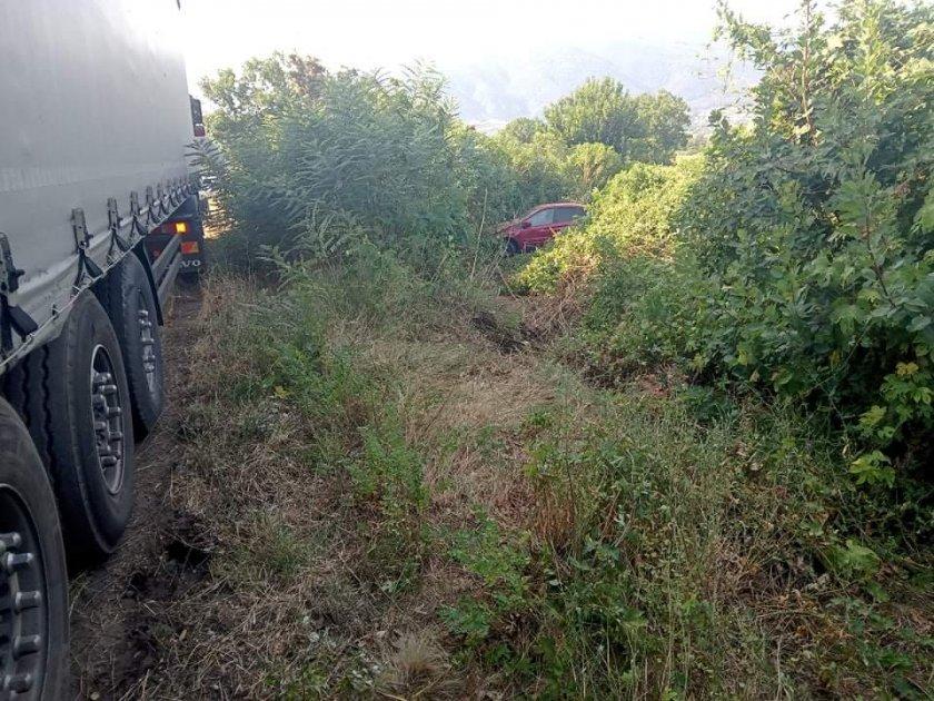 Тежка катастрофа между камион и лек автомобил край Симитли