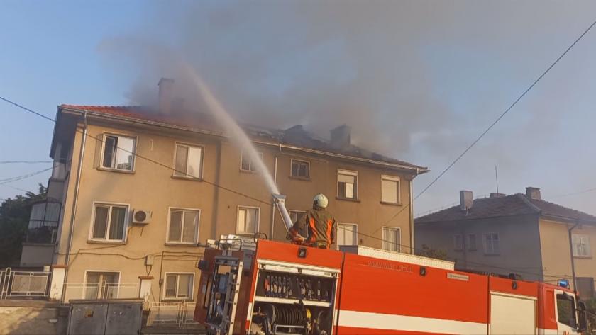 Пламна покривът на многофамилна къща в Карлово. За щастие няма
