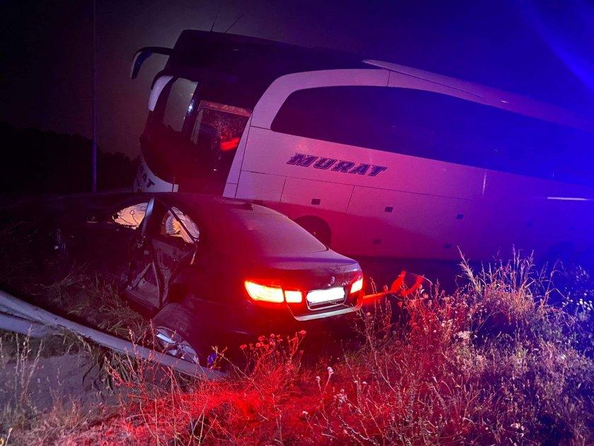 Катастрофа между румънски автобус с туристи и лек автомобил стана