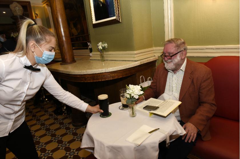 ресторантите ирландия обслужват закрито ваксинирани клиенти