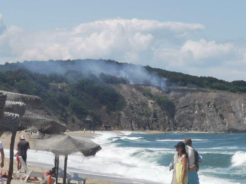 Пожар гори над плажа Велека