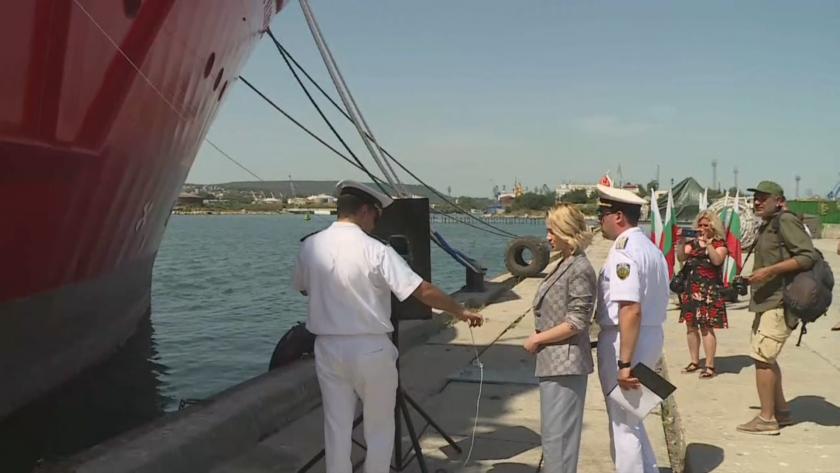 Мария Бакалова стана кръстница на първия ни изследователски кораб (СНИМКИ + ВИДЕО)