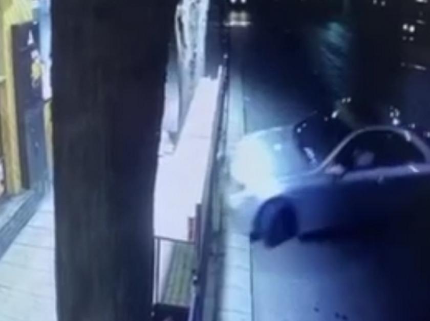Шофьор отнесе ограда на заведение за бързо хранене в Пловдив (ВИДЕО)