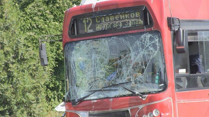 шофьор градски автобус бургас помете стълба метра бордюр