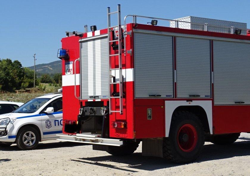 Пожар бушува край град Кресна в района на селскостопанския двор.