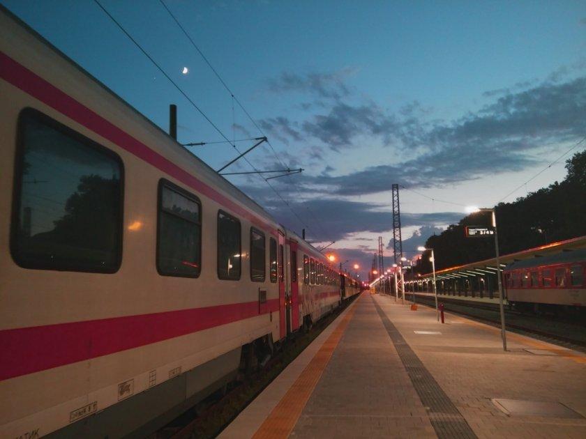 пускат допълнителен нощен влак софия бургас края летния сезон
