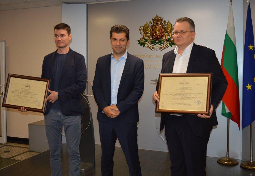 министър кирил петков връчи два сертификата насърчаване инвестициите