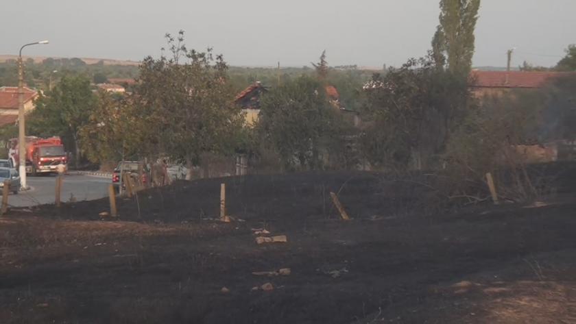 Голям пожар бушува цял следобед край Старосел. Огънят тръгнал от