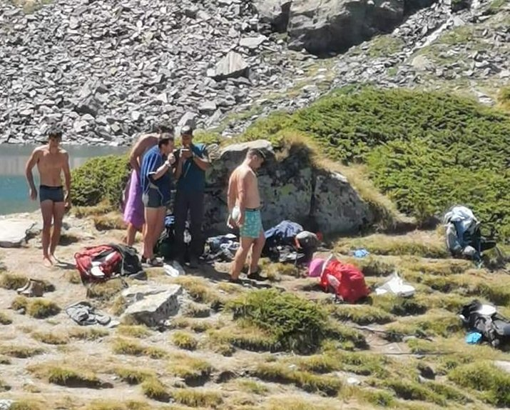 туристи къпаха едно рилските езера