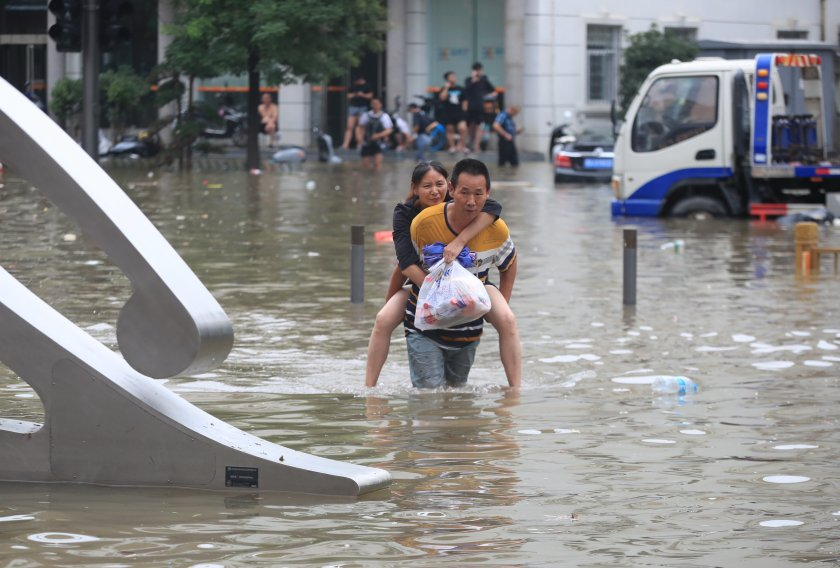 300 жертвите наводненията китай