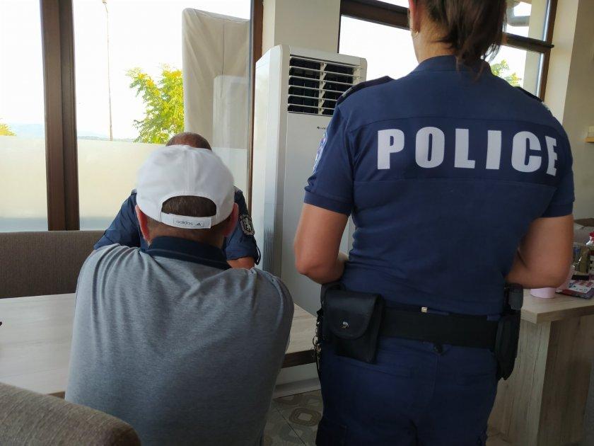 полицията задържа трима телефонни измамници техен помагач