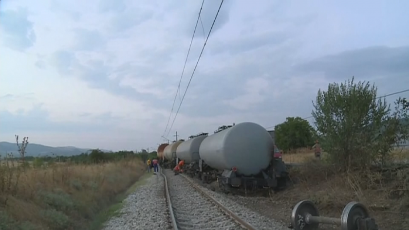 Товарен влак излезе от релсите и предизвика пожар край Мурсалево