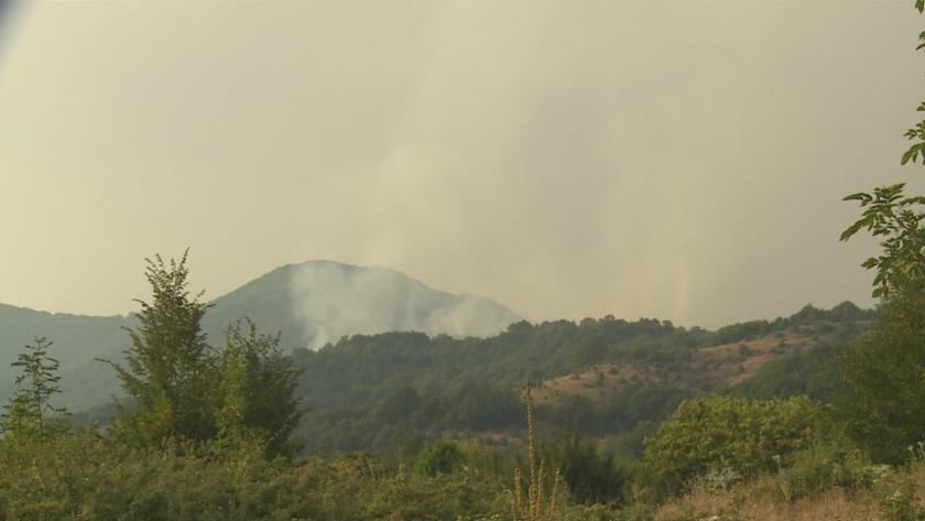 Огънят в санданското село Петрово се разгоря отново. Пожарът вече
