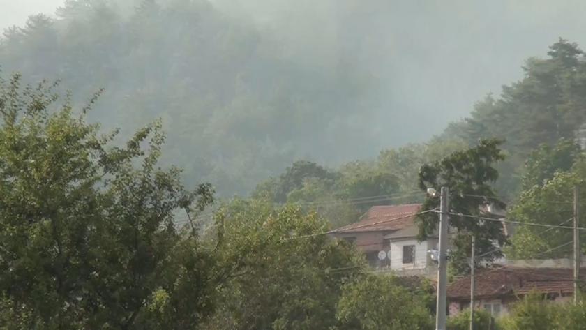 Огнеборци остават да дежурят в Карловско, военен хеликоптер ще помага и утре