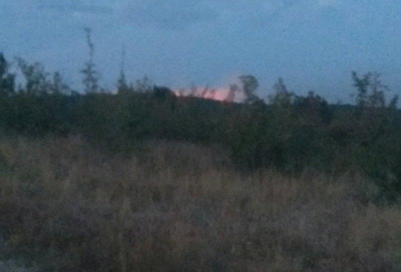 Голям пожар гори във вилна зона в Хисарско