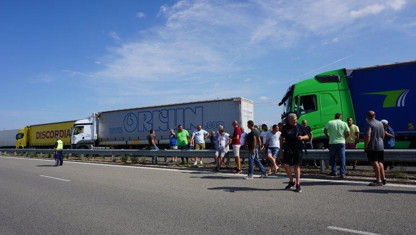 """Шофьори блокираха """"Дунав мост"""" при Видин с искане за по-бързи проверки"""
