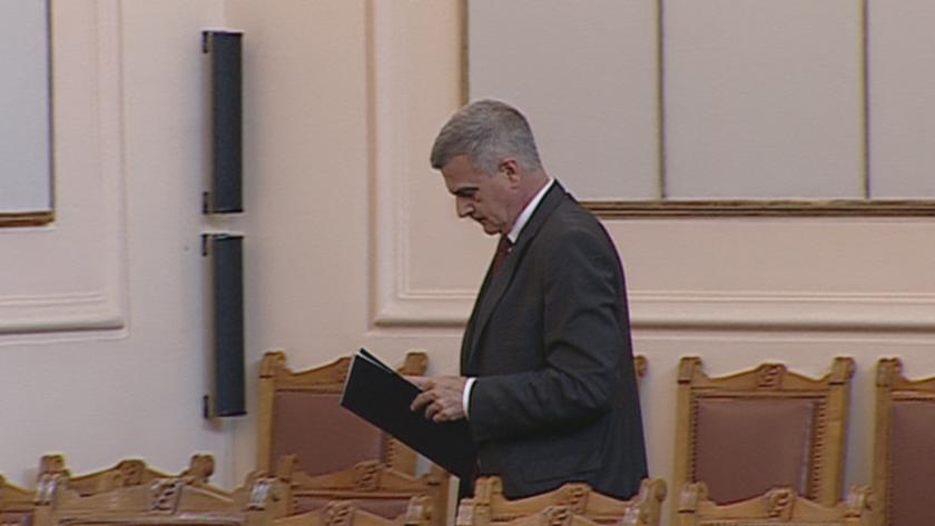 Премиерът и трима министри в парламента заради мигрантския натиск