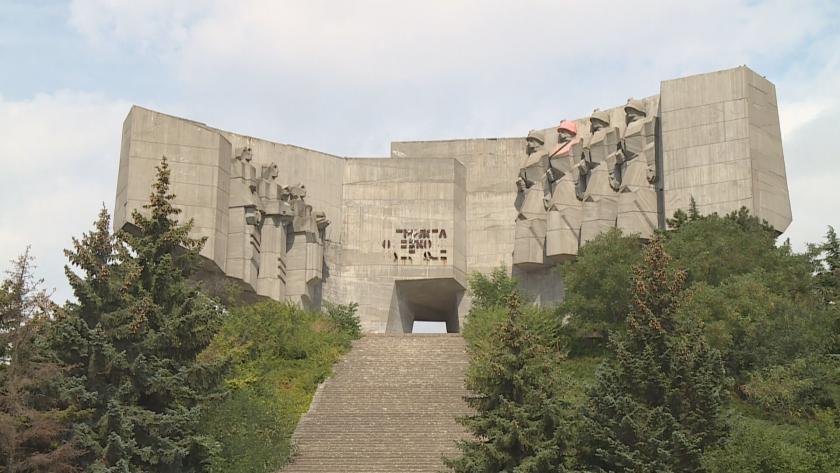Опасно предизвикателство: Младежи се катерят по необезопасен паметник във Варна (Видео)