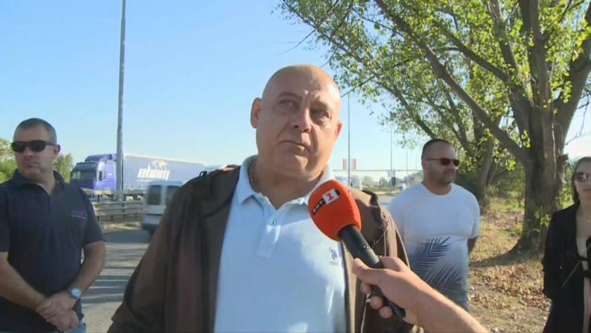 """Превозвачи блокират """"Дунав мост"""" в знак на протест срещу задръстванията и новите мерки (Видео)"""