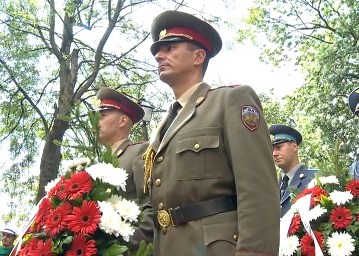Десетки граждани се поклониха пред тленните останки на първия български княз