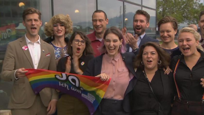 Швейцарците одобриха на референдум еднополовите бракове.Почти 2/3 от гласоподавателите подкрепиха